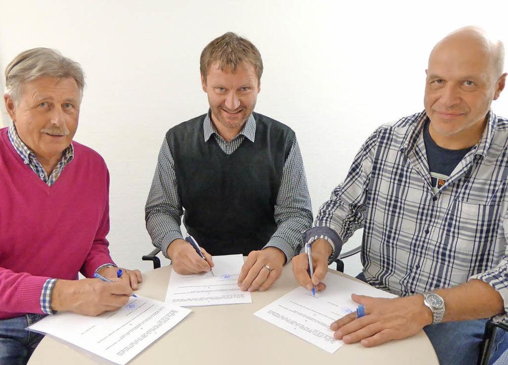 Arnold Löffler (FCN), Felix Pfaff (HSV...mmenarbeit bei der Clubhaussanierung.   | Foto: Peter Stellmach
