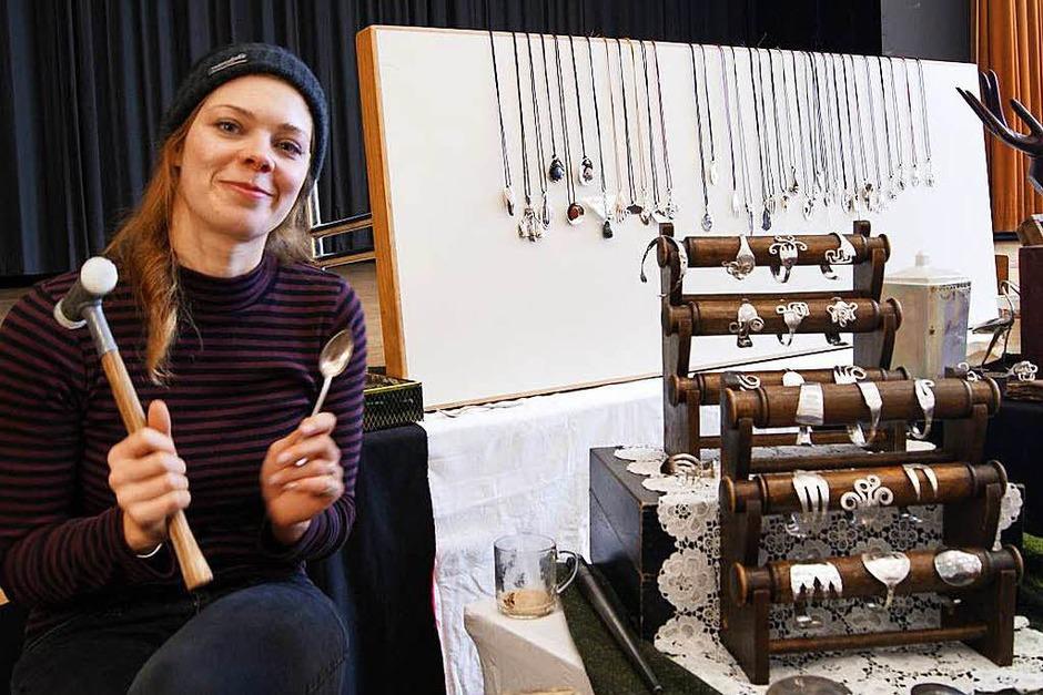 Ausstellungsstände, gespickt voll kleinen und großen Schätzen, erlebten die Besucher des Kunsthandwerkermarktes am vergangenen Wochenende in Bad Säckingen. (Foto: Schlageter)