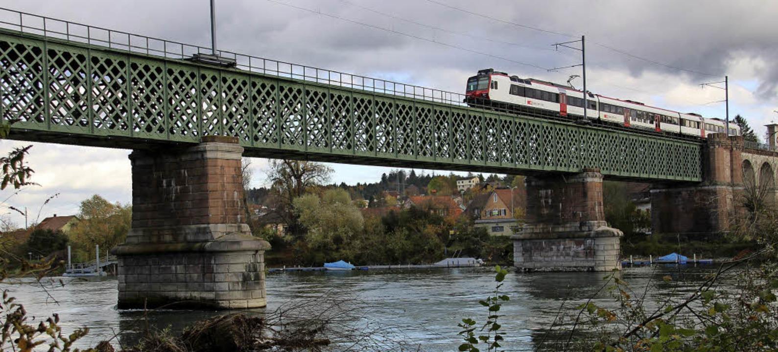Ein Zug aus der Schweiz rollt über die...it Koblenz in der Schweiz verbindet.    | Foto: Dose