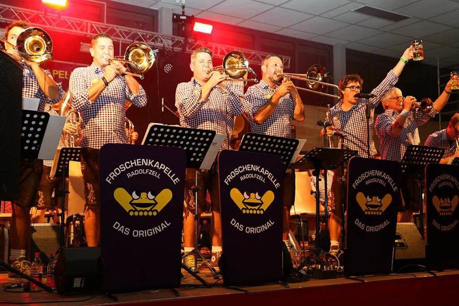 Ob WEIN-Fest oder was auch immer - die Musiker der Radolfzeller Froschenkapelle halten es mehr mit alt bewährtem Gersten- statt Rebensaft. (Foto: Martha Weishaar)