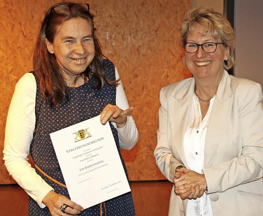Für zwei Jahrzehnte ehrenamtliches Eng...der Landesehrennadel ausgezeichnet.       Foto: Andreas Peikert