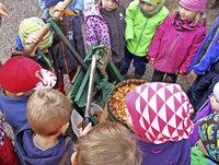 Kinder pressen Apfelsaft