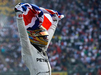 Lewis Hamilton feiert seinen vierten Gesamtsieg