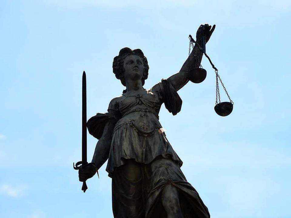 Justitia soll Recht sprechen.  | Foto: Arne Dedert