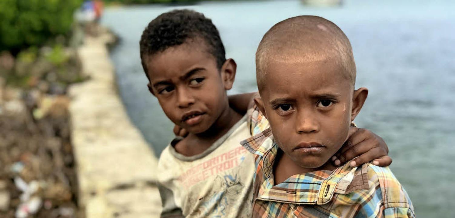 Diese zwei Jungen stammen aus  dem Dor...spiegels teilweise umgesiedelt werden.  | Foto: DPA