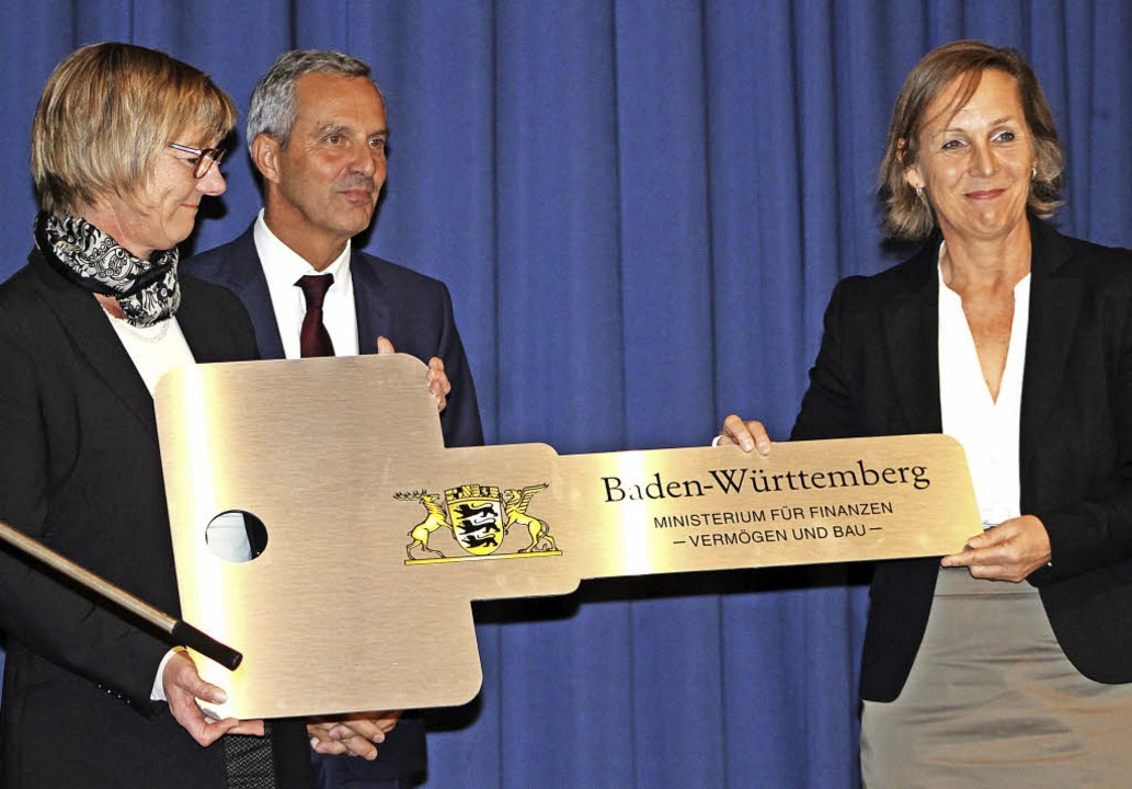 Feierliche Schlüsselübergabe (von link...er und Schulleiterin Claudia Bärwaldt   | Foto: Erich Krieger