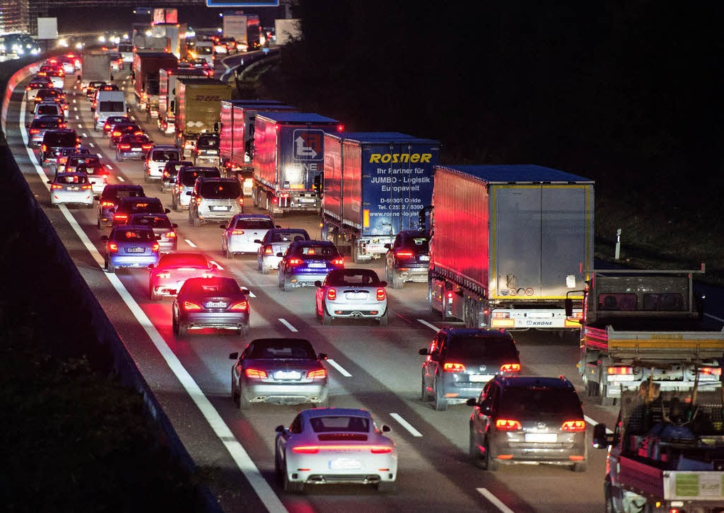 Der Straßenverkehr gilt als große Schadstoffquelle.   | Foto: DPA