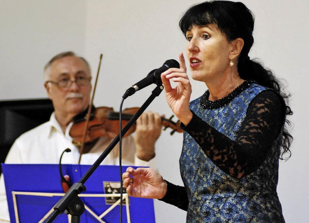 Sängerin Anna Metaxa und Geiger Stanis...nda brachten die Besucher zum Tanzen.   | Foto: Thomas Loisl Mink
