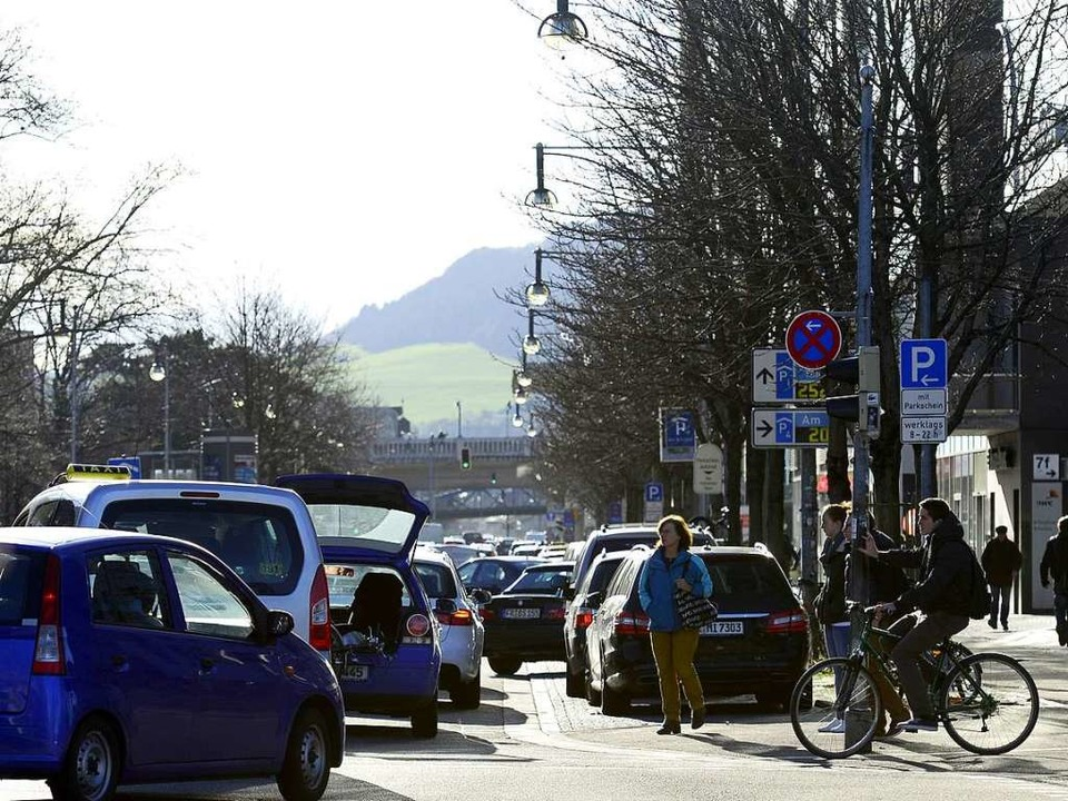 An der Kreuzung Bismarckallee/Friedrichstraße herrscht meist viel Verkehr.  | Foto: Ingo Schneider