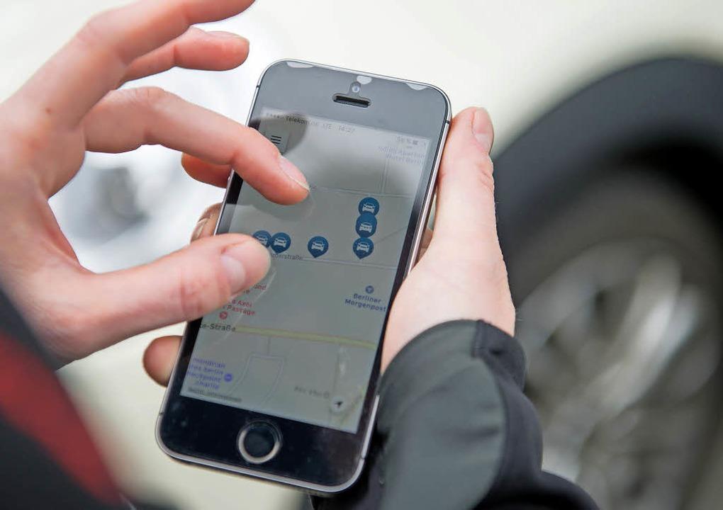 Apps unterstützen Autofahrer unter and...avigation und bei der Parkplatzsuche.   | Foto: Karolin Krämer (dpa)