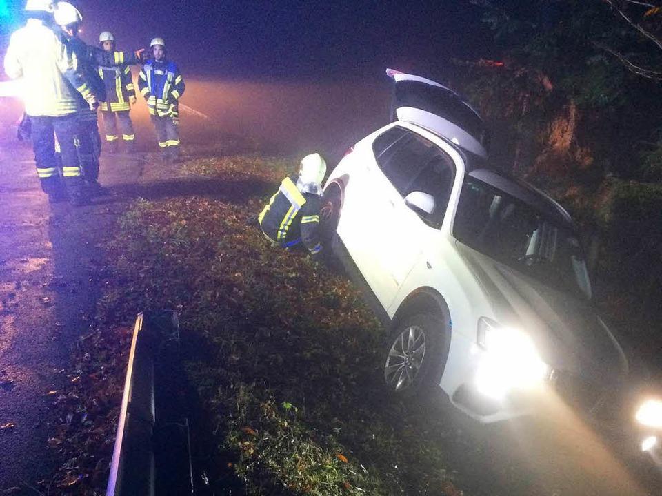 In gefährlicher Lage blieb ein Auto am...en, das von der Straße abgekommen war.  | Foto: Feuerwehr Waldkirch