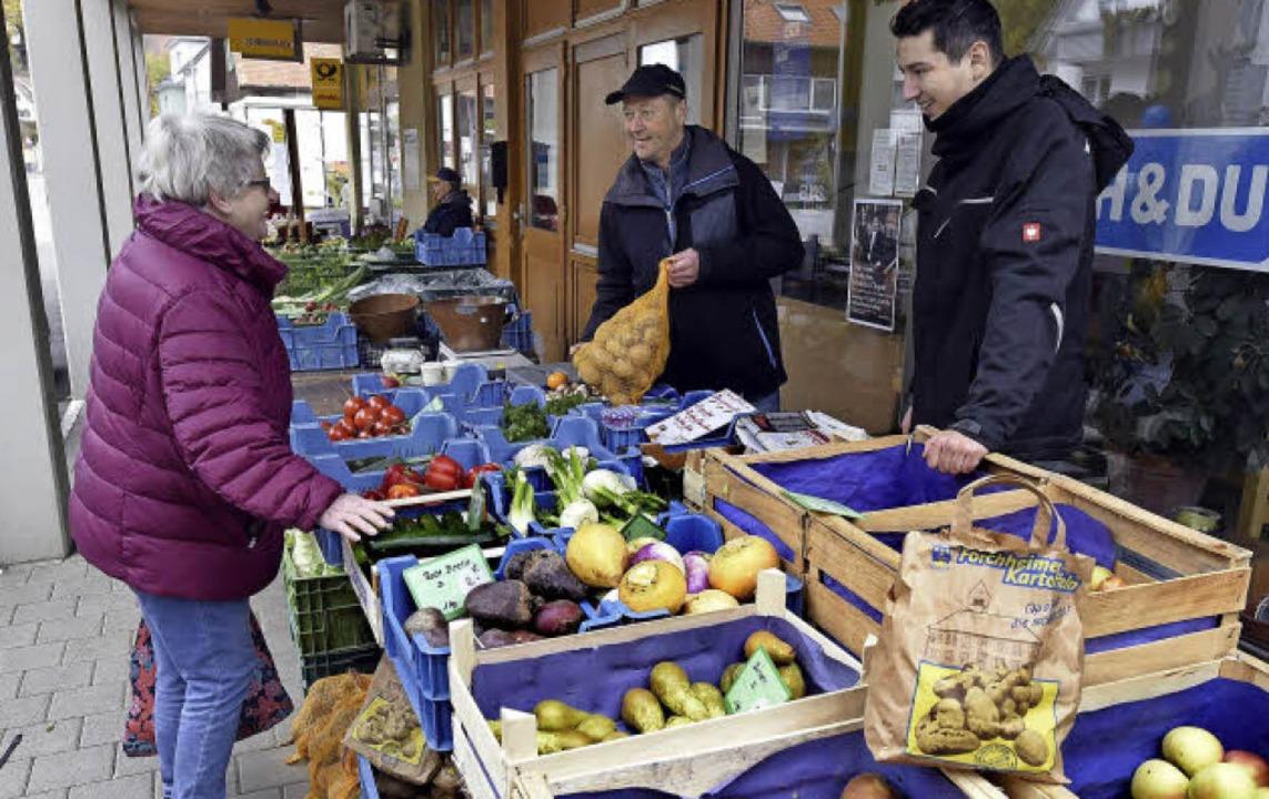 Kartoffeln und mehr: Der Gemüse- und O...iegbert Eckert (links) war der Erste.     Foto: thomas kunz