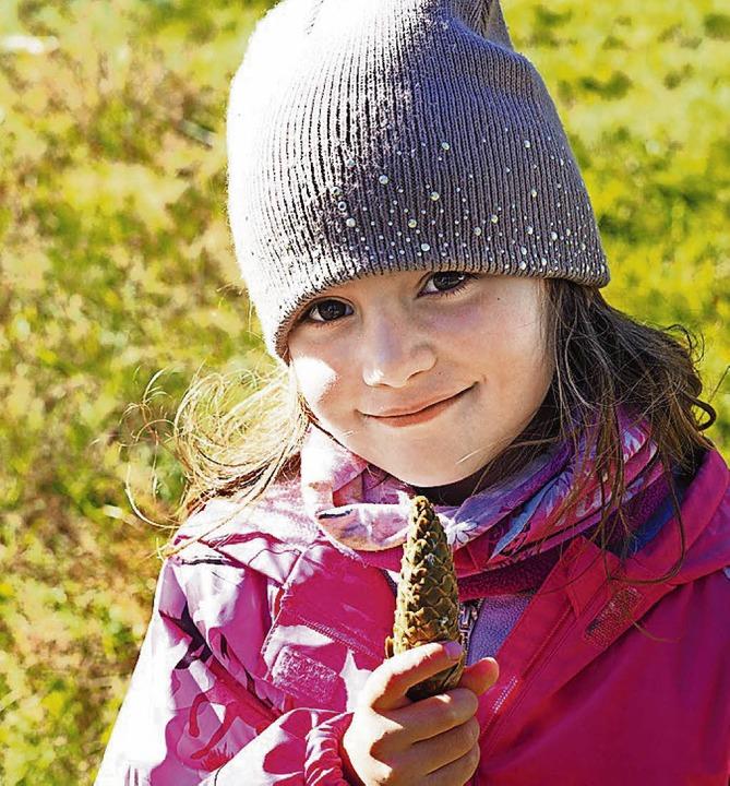 Gloria hat einen Tannenzapfen gefunden.  | Foto: Susanne Gilg