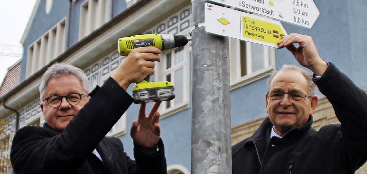 Guido Wolf und Georg Keller befestigen...etzte Wegmarkierung an der Rheinbrücke  | Foto: Rolf Reißmann