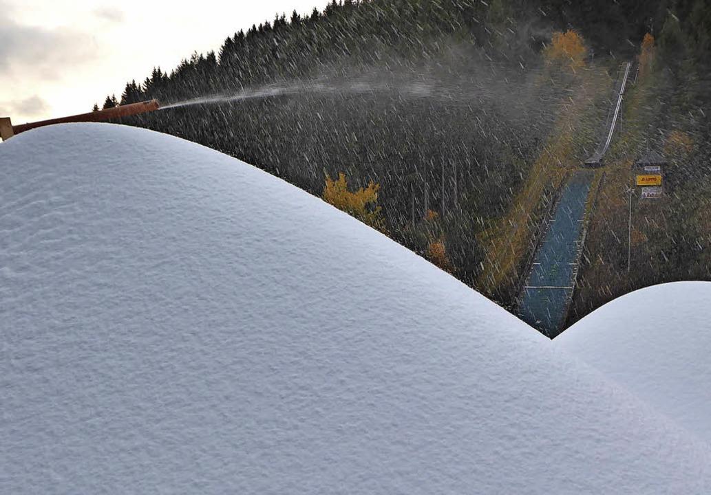 An der Schanze rieselt der Maschinenschnee.   | Foto: Peter Stellmach/Patrick Seeger (dpa)