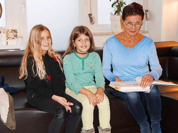 """Philine Künze und Laureen Seel (v.li.) lauschten im wunderschön dekorierten """"Aurum"""" gebannt den Märchenerzählungen von Hilde Butz (re.)."""