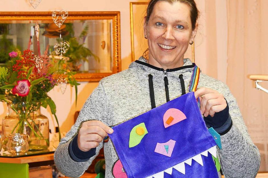 """Diese Märchen-Monstertaschen waren der Hit der Märchentage, jedes Kind wollte so eine basteln und so waren sie im Nu weg. Christine Zipser vom Hutgeschäft """"Behüt Dich"""" hatte im Vorfeld 80 Taschen vorbereitet, die die Kinder beklebten und richtig gruselig verzierten. (Foto: Marion Rank)"""