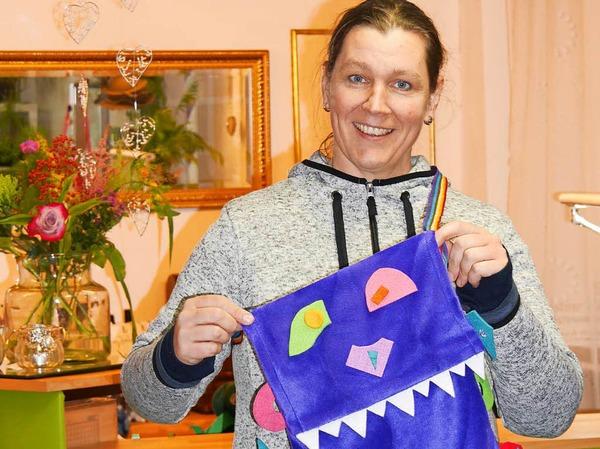 """Diese Märchen-Monstertaschen waren der Hit der Märchentage, jedes Kind wollte so eine basteln und so waren sie im Nu weg. Christine Zipser vom Hutgeschäft """"Behüt Dich"""" hatte im Vorfeld 80 Taschen vorbereitet, die die Kinder beklebten und richtig gruselig verzierten."""