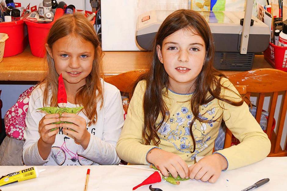 Diese beiden Mädchen zeigen stolz ihre bei Butz Hobby & Kunstidee, Irene Schwarz, gebastelten Wichtel. (Foto: Marion Rank)