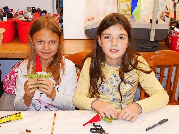 Diese beiden Mädchen zeigen stolz ihre bei Butz Hobby & Kunstidee, Irene Schwarz, gebastelten Wichtel.