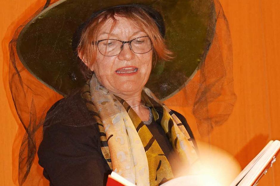"""Christine Malfi beim Mitmachtheater im Kursaal. Sie ließ die Kinder gemeinsam mit Klaus Böffert das Märchen """"Vom Lebendig gewordenen Pfannkuchen"""" nachspielen. (Foto: Marion Rank)"""