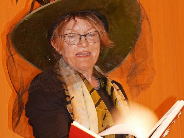 """Christine Malfi beim Mitmachtheater im Kursaal. Sie ließ die Kinder gemeinsam mit Klaus Böffert das Märchen """"Vom Lebendig gewordenen Pfannkuchen"""" nachspielen."""