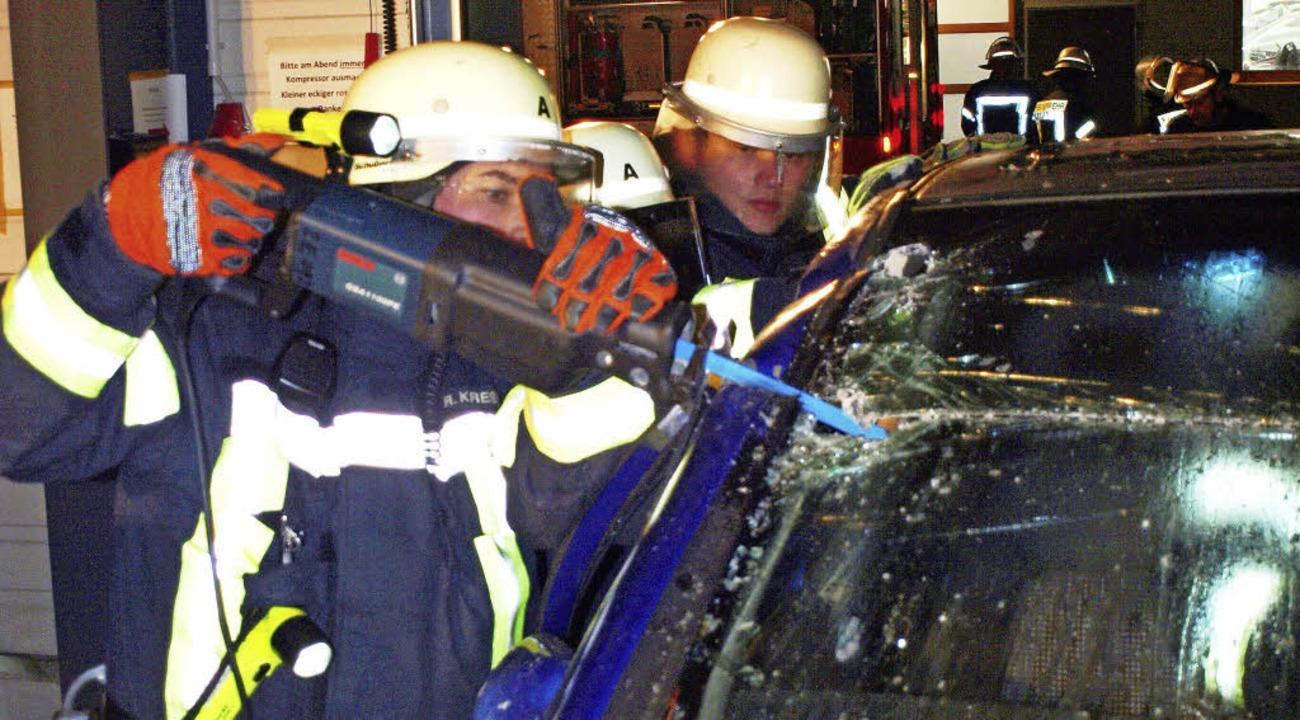 Die Feuerwehr bei der Menschenrettung aus einem Auto    | Foto: Schleer
