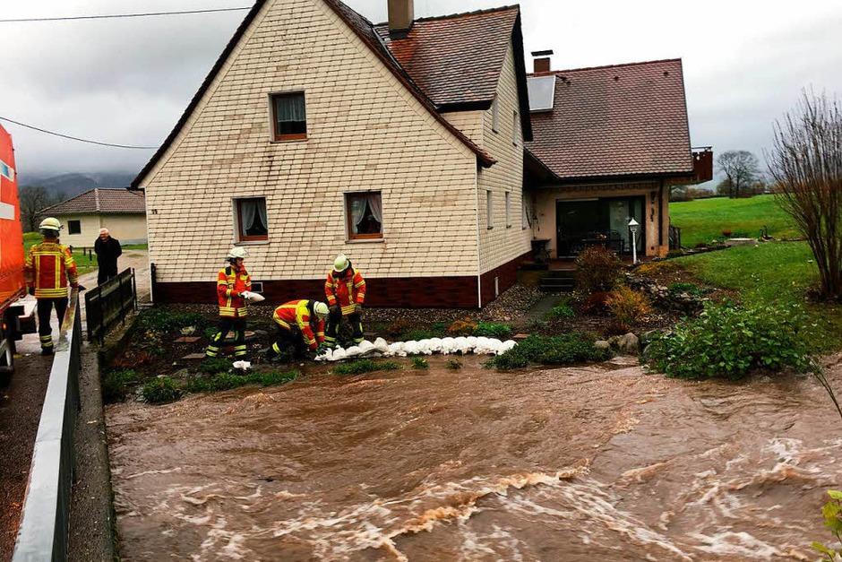 Mit Sandsäcken schützten die Helfer Häuser vor den Wassermassen. (Foto: Feuerwehr Kirchzarten)