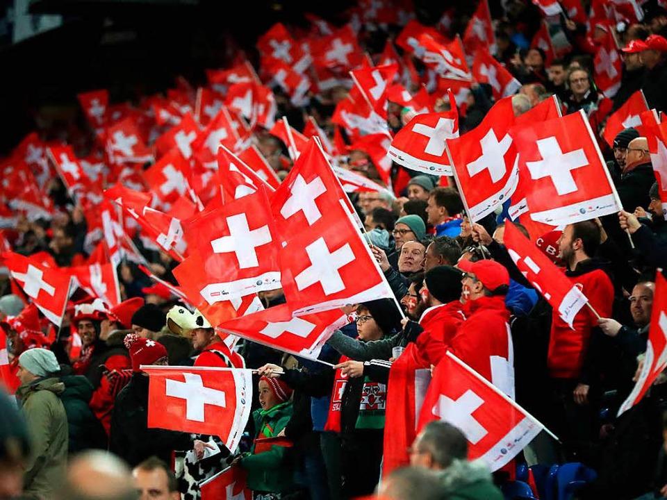 Gute Laune bei den Fans in Basel.  | Foto: dpa