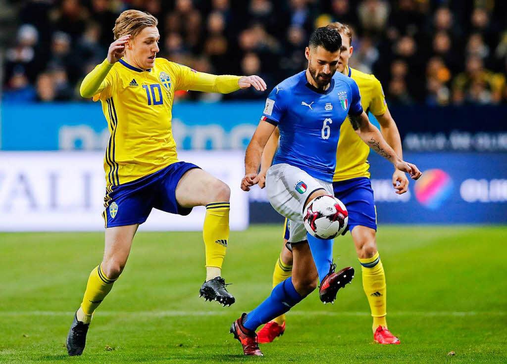 Schwedens Emil Forsberg gegen Italiens Antonio Candreva