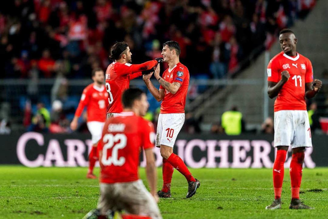 Der Schweizer Nationalspieler jubeln über ihren WM-Einzug.  | Foto: dpa