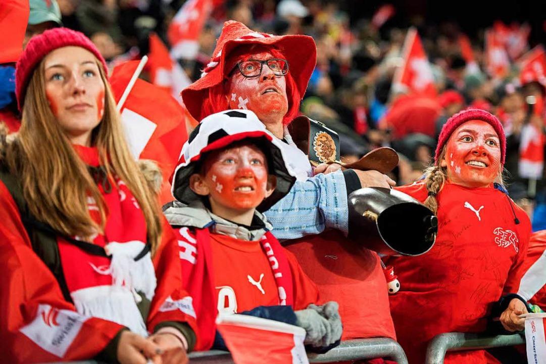 Die Schweizer Fans freuen sich über die WM-Quali.  | Foto: dpa