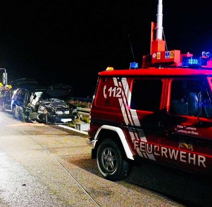 Der  Pkw war von hinten auf einen Lkw aufgefahren.  | Foto: Feuerwehr Neuenburg am Rhein