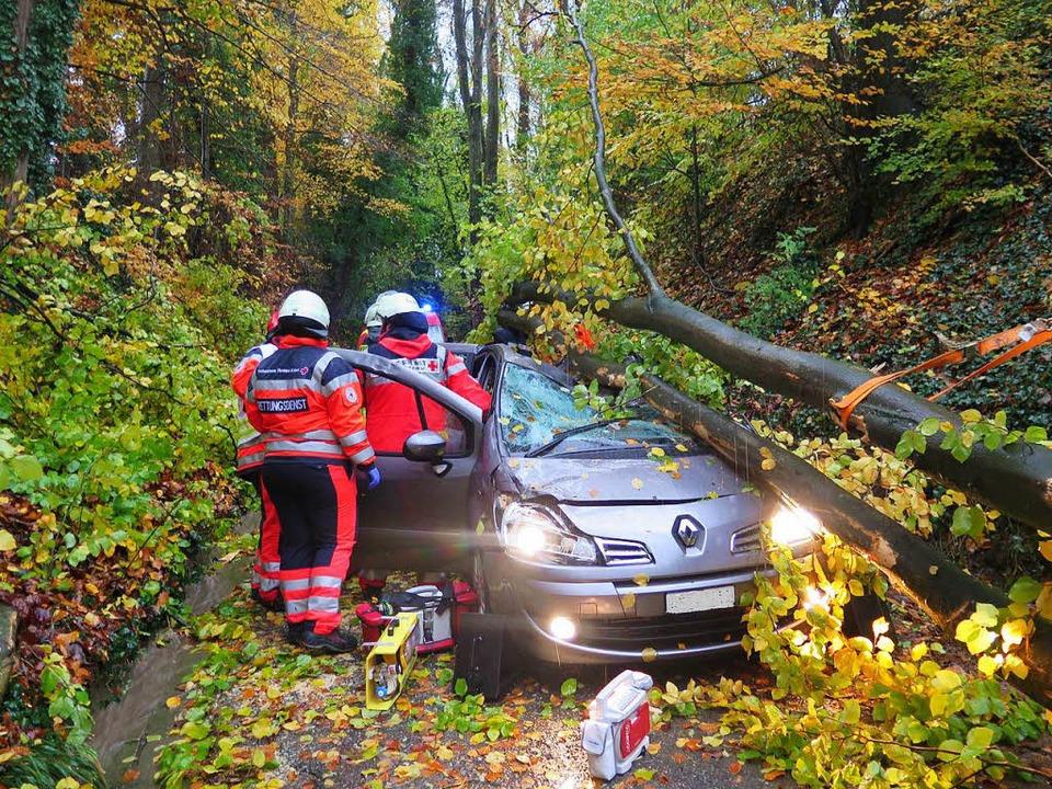 Windböen sorgten für einen Unfall mit einem schwer verletzten Autofahrer.  | Foto: Polizei