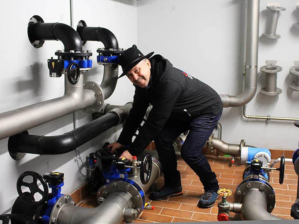 Wassermeister Walter Maier erklärt die neue Technik.  | Foto: Martin Klabund