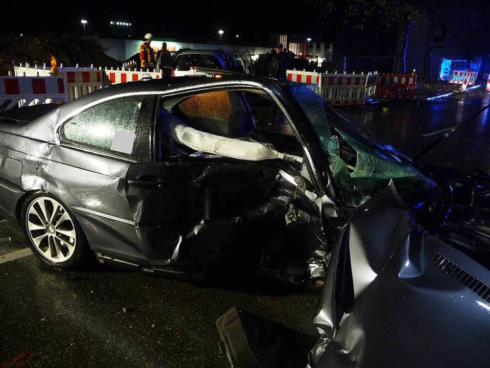 Die Unfallfahrzeuge wurden komplett demoliert.  | Foto: Feuerwehr Bad Säckingen