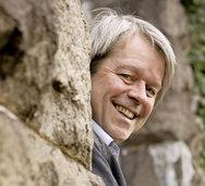 "Aernschd Born liest in Lörrach aus seinem Buch ""Eifach e Lied"""