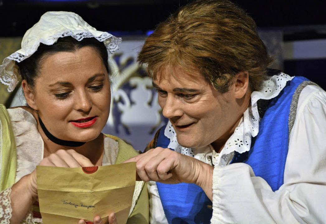 Blandina (Vanessa Schneider) und Truff... versuchen einen Brief zu entziffern.   | Foto: Barbara Ruda