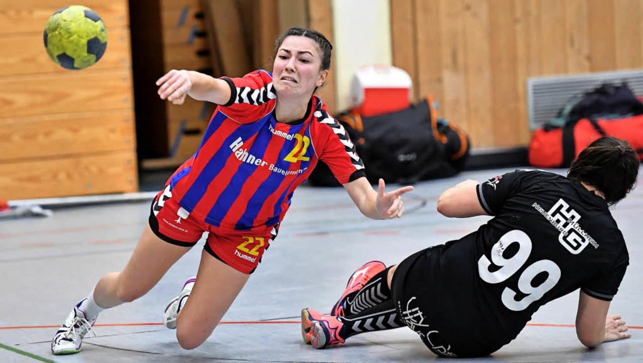 In Schräglage: Die Kenzingerin Jana Ga... gegen SG-Spielerin Sarah Jost durch.   | Foto: Achim Keller