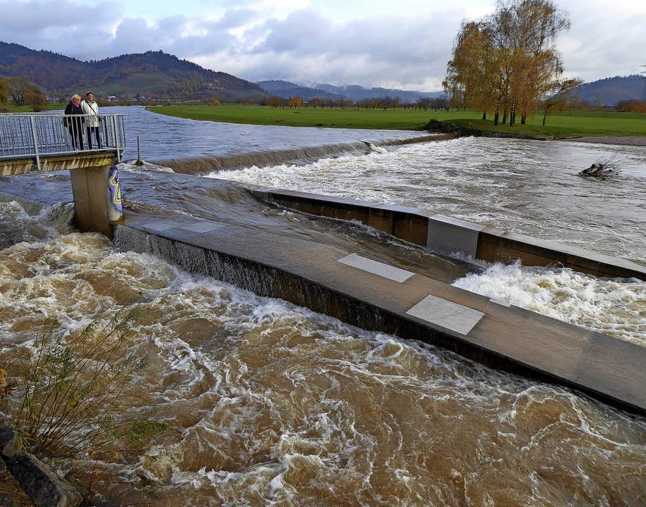 Randvoll gefüllt und tosende Fluten: D...Kinzig am Großen Deich bei Offenburg.   | Foto: Helmut Seller