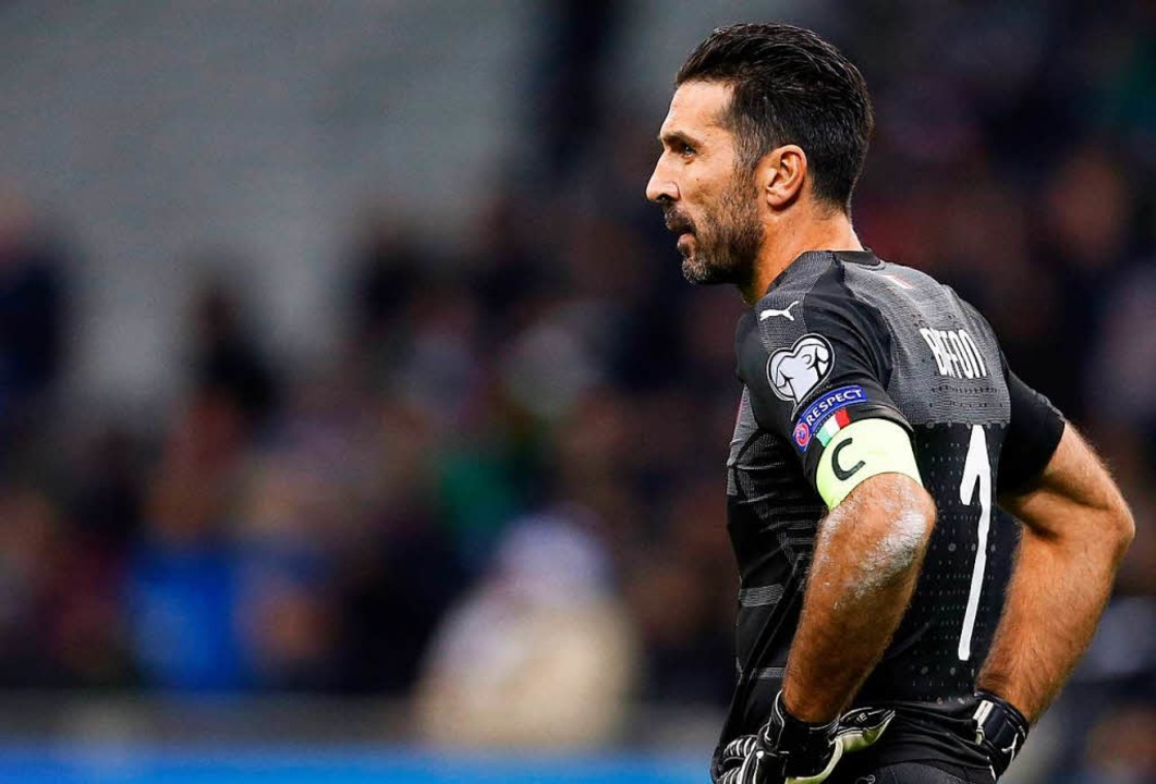 Kämpfte nach dem Spiel mit den Tränen: Italiens Torwart Gianluigi Buffon.  | Foto: dpa