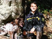 Ein Förster pflegt mit Jugendlichen Wanderwege am Feldberg