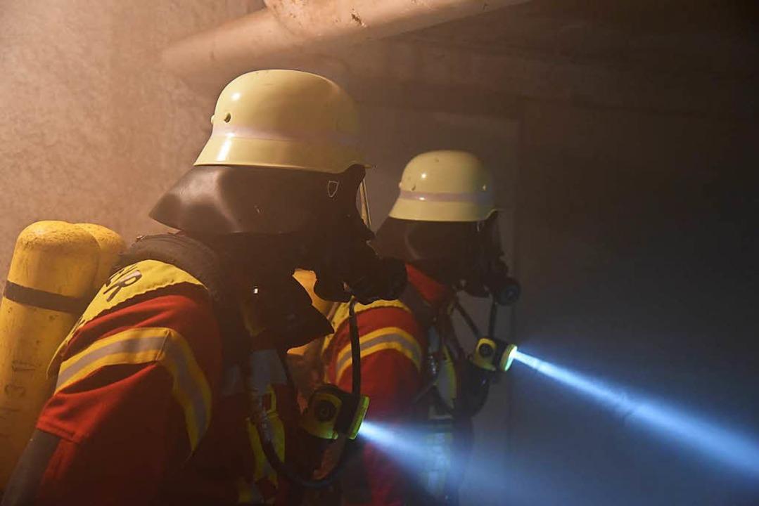 Im verrauchten Gebäude mussten die Kräfte sechs Vermisste finden.    Foto: Martin Eckert