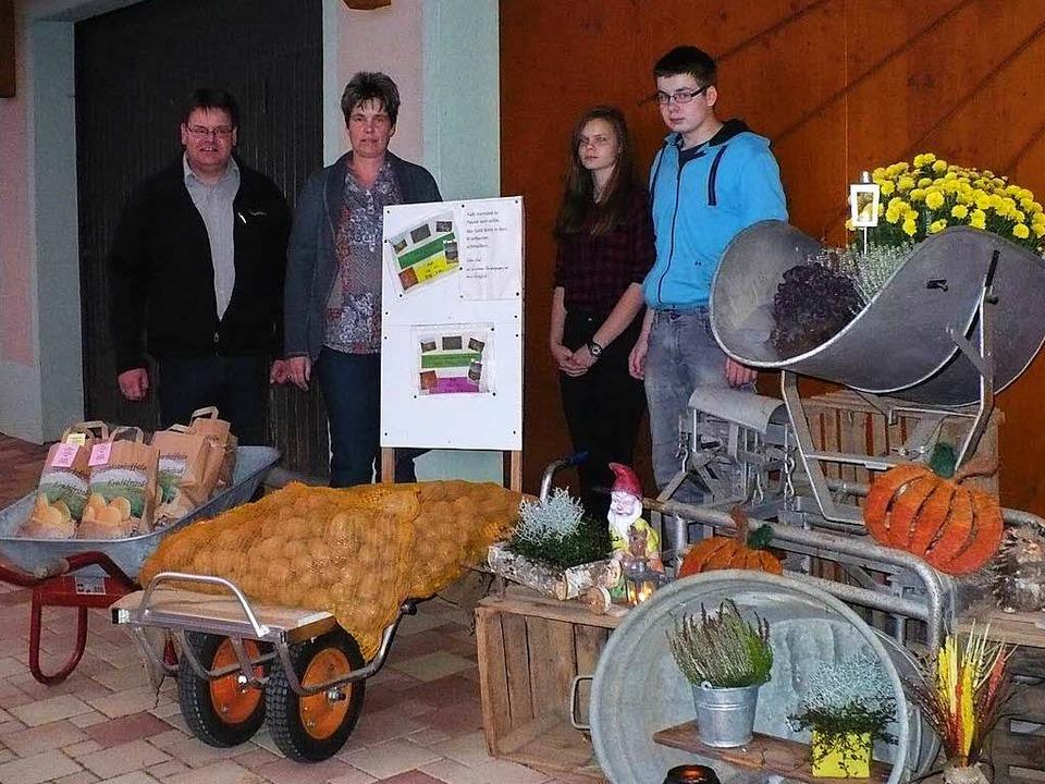 Friedrich Müller mit Familie verkauft seine Kartoffeln ab Hof.  | Foto: Marianne Rittner