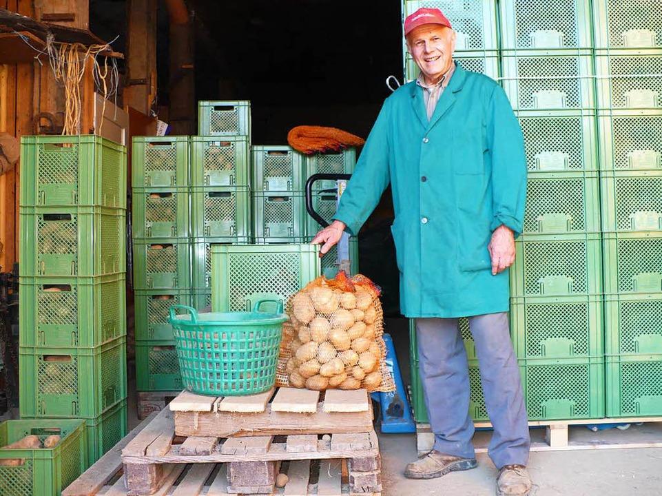 Siegfried Maier mit seinen Bio-Kartoff...heune. Mit der Ernte ist er zufrieden.  | Foto: Marianne Rittner
