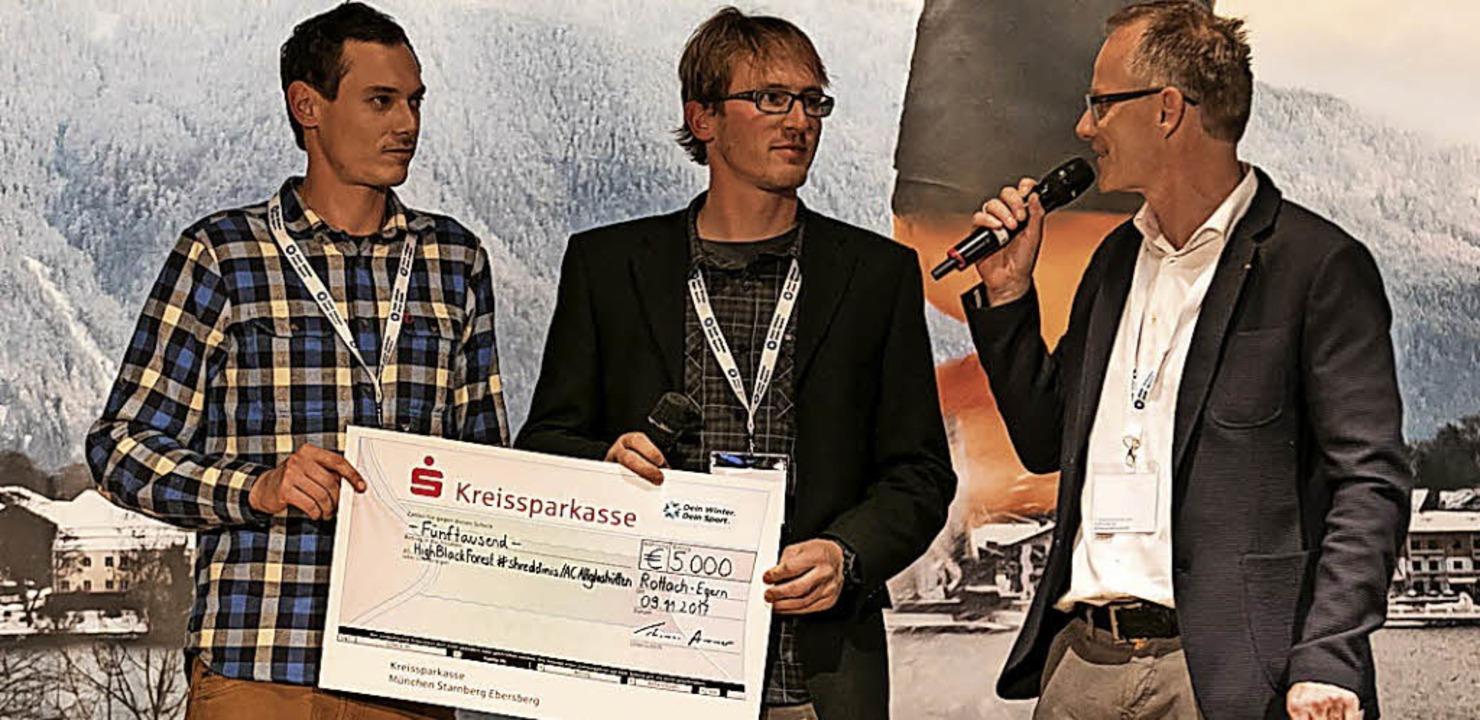 Ausgezeichnet: Snowboardcross-Trainer ... 5000 Euro dotierten Scheck entgegen.   | Foto: zvg