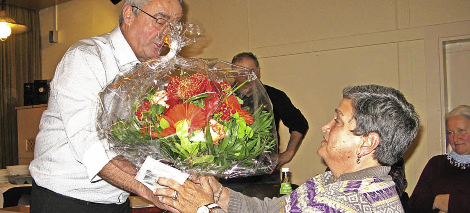 Thomas Gerspacher überreicht Brigitte Baur zum Abschied ein Blumengebinde.  | Foto: Ulrike Spiegelhalter
