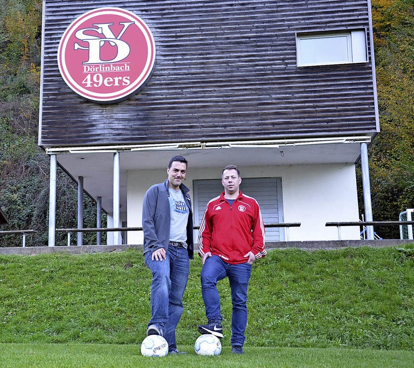 Heiko Wangler (dunkle Jacke) und Domin...in möchte einen Kunstrasenplatz bauen.  | Foto: Karl Kovacs