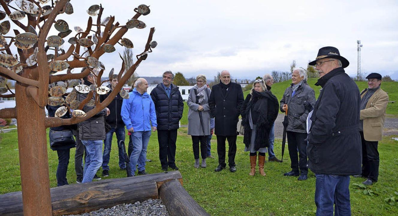 Augenschein vor Ort: Mitglieder der In...stungsschau gestiftete Tafelberg-Baum.  | Foto: Gerhard Walser