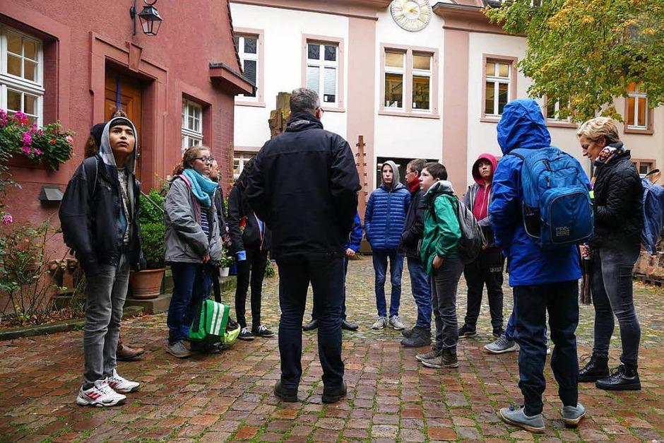 Im Hof der Münsterbauhütte: Die Schüler der Klasse 8 der Kirchzartener Zarduna-Schule trefffen sich mit Chef-Steinmetz Uwe Zäh. (Foto: BZ)